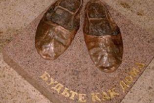 В Болгарии шерстяному тапку поставили памятник (видео)