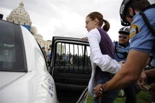 В США противники республиканцев устроили уличные бои (видео)