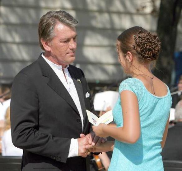 Ющенко вручає паспорт