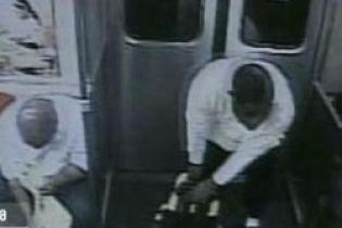 Мужчина в метро набросился на людей с молотком (видео)