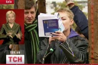 Украинских поэтов едва не вынесло в открытое небо (видео)