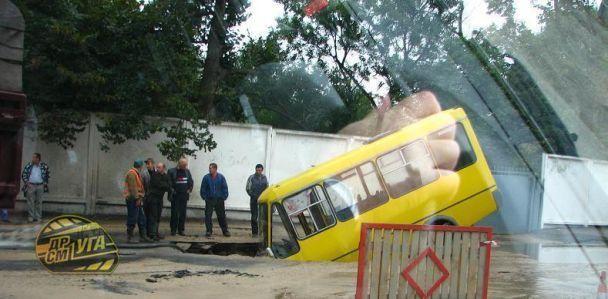 В Киеве под землю провалилась маршрутка (фото)