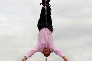 Мужчина висел вверх ногами в центре Лондона