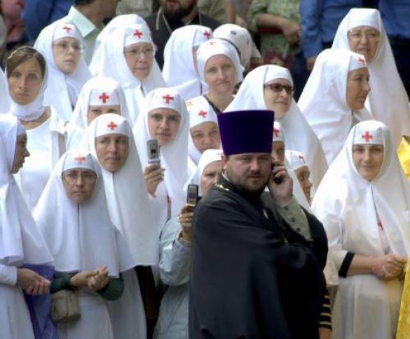 Монахині і священик