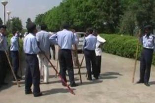 Рабочие на смерть забили палками директора за увольнение (видео)
