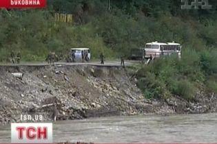 На Буковине люди ежедневно ходят смертельной тропинкой (видео)