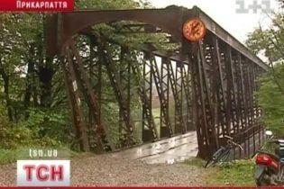 Крестьяне на Прикарпатье блокируют мост (видео)