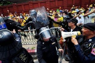 Более 50 человек пострадали в столкновениях с полицией в Бангкоке (видео)