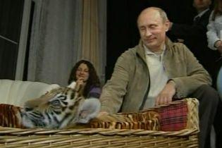Путину подарили тигрицу (видео)