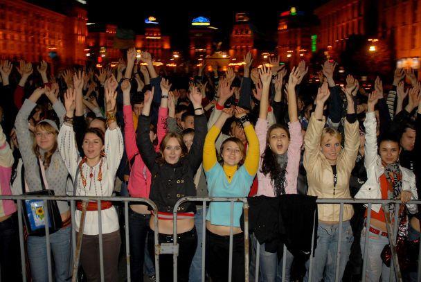"""Под песни """"Мотор'роллы"""" киевляне купались в фонтане (фото)"""