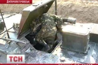 Военные защищаются от грибников (видео)