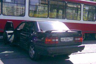 """Водитель """"Мерседеса"""", который нарушил правила дорожного движения, побил водителя трамвая"""