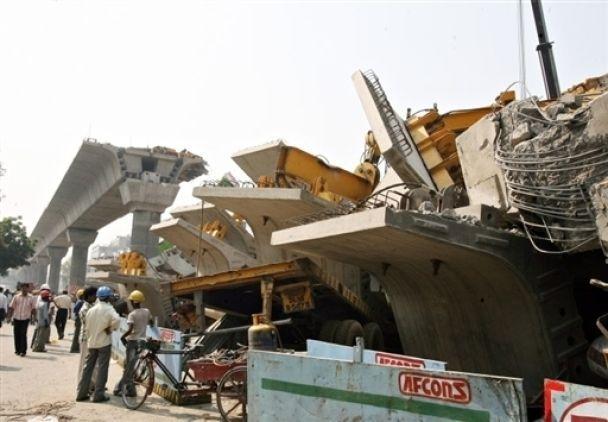 В Индии обвалился мост: есть жертвы (фото)
