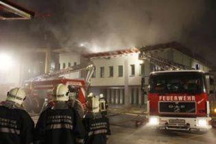 На здание австрийской полиции упал самолет