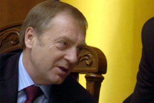 Лавринович сравнил трансляцию из суда с камерой в санузле