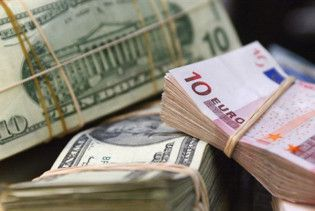 Евро затормозило падение на межбанке