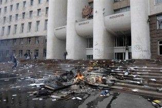 В кучах мусора возле парламента Молдовы нашли оригинал Декларации независимости