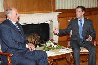 Медведев пообещал разобраться с Лукашенко