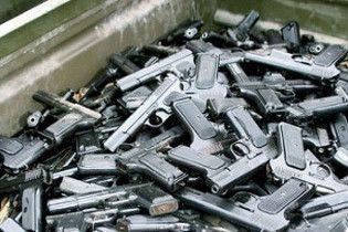 Американец пронес на борт самолета в Британию 80 пистолетов