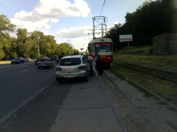 Самые сильные люди ездят в киевских трамваях (фото)
