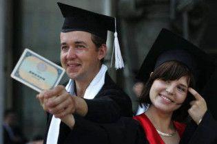 Азаров выделил 12 млн на популяризацию украинского образования за рубежом
