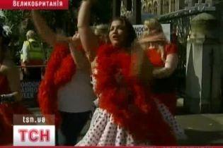 Пышные модели устроили шоу на улице (видео)