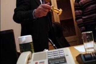 Черновецкий показал золотые гайки в своем кабинете (фото)