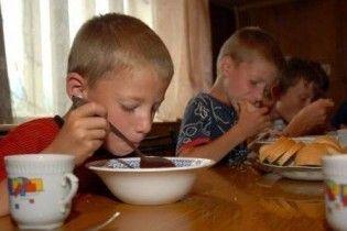 В Тернопольской области отравилось 17 воспитанников детсада (видео)