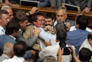 Заседание Верховной рады открылось дракой (фото)