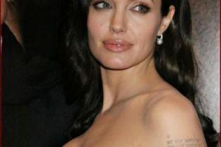 Джоли покажет, как кормит ребенка грудью