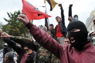 """Националисты окружили ВАСУ с плакатами """"Бандера придет - порядок наведет!"""""""