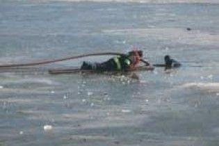 Девочку, которая провалилась под лед, полчаса зубами удерживал пятилетний брат