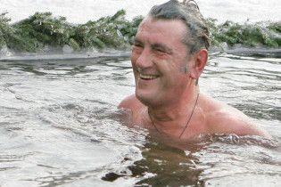 Ющенко искупался в Пуще-Озерной. Планирует еще в Гидропарк