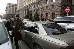 В Киеве за парковку на газонах с авто будут снимать номера