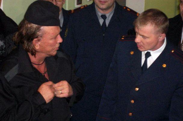 В России Микки Рурк носит голых девушек на руках