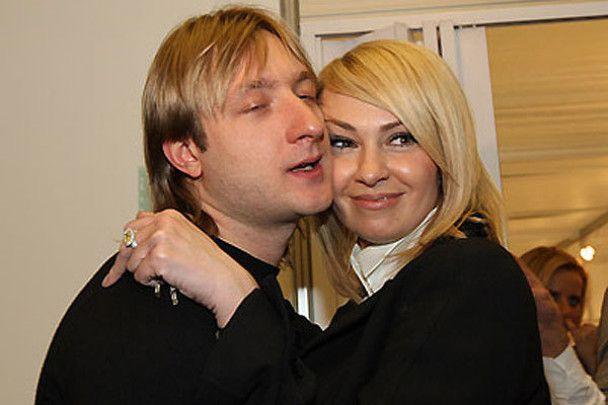 У жены Плющенко суд отобрал старшего сына