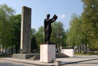 На Львовщине повредили Монумент советскому воину-освободителю