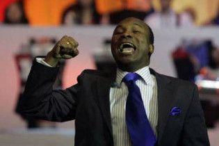 СМИ: накануне суда Аделаджа заливается смехом