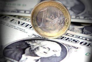 Евро упал до 4-летнего минимума относительно доллара