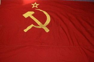 Власть приравняла коммунистический флаг к государственному