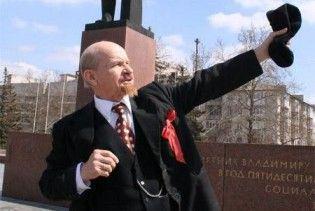 Партия регионов не позволила коммунистам возложить цветы к памятнику Ленину