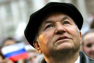 Януковича просят снять с Лужкова статус персоны нон грата