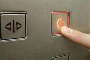В Киеве лифт разрезал девушку пополам