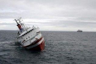 Российские моряки пытаются спасти два судна, попавших в аварию