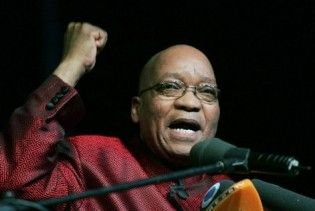 В ЮАР мужчину, пролившего виски на президента, признали виновным в нападении
