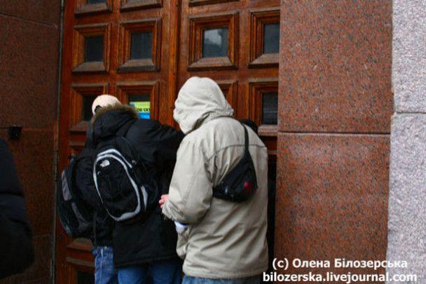 Киевскую мэрию забросали дымовыми шашками и забили вход гвоздями