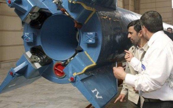 Ахмадінежад біля ракети Сафір