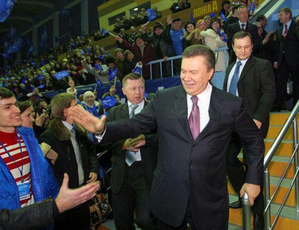 Янукович посетил родной город и станцевал с Повалий