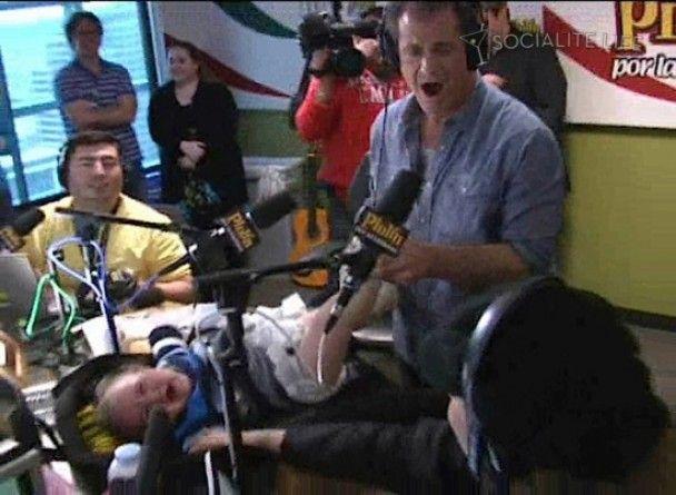Мел Гибсон в прямом эфире поменял подгузник ребенку