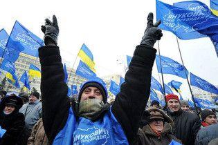 Сторонники ПР под Радой защищают Януковича от оппозиции